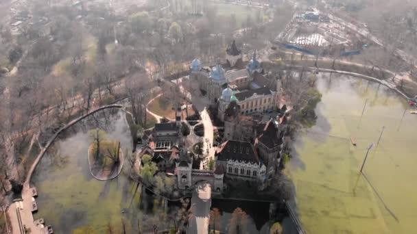 Reggeli kilátás a budapesti Vajdahunyad kastélyra. Magyarország.