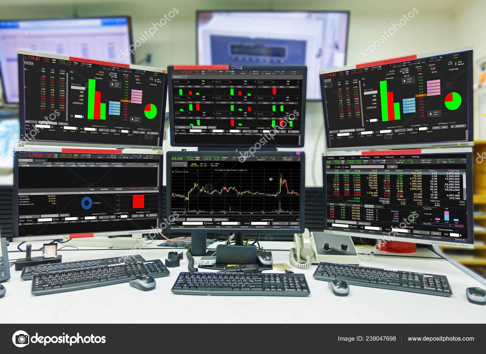 f38439127c Visualizzazione Delle Quotazioni Del Mercato Azionario Grafico Sala  Computer Monitor — Foto Stock