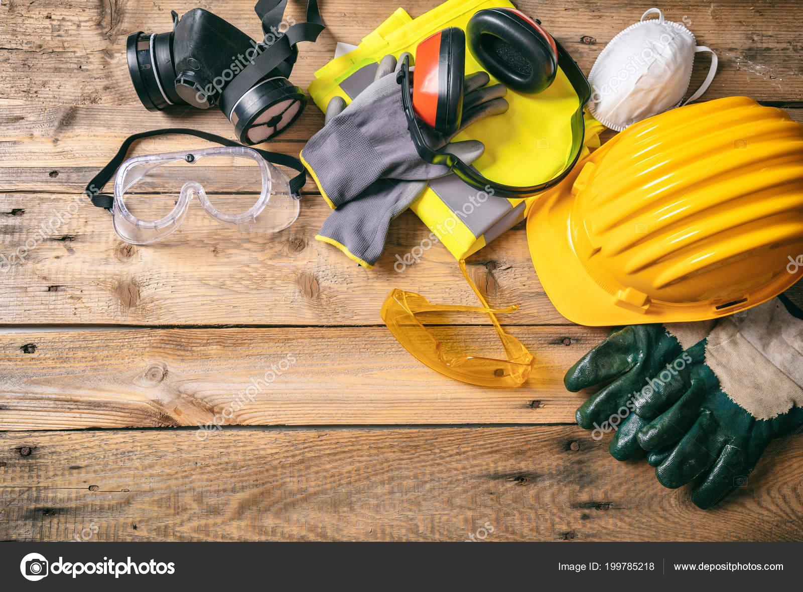 81dc1e6162 Sécurité de construction de site. Casque de protection, casque, gants,  lunettes et masques sur fond en bois, espace copie, vue de dessus — Image  de ...