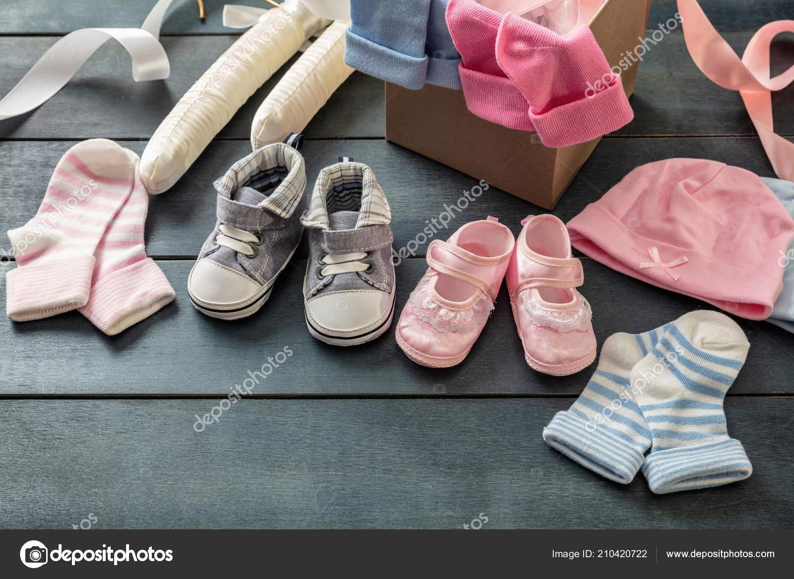 66bed657133 Concepto de ducha de bebés gemelos. Bebé niño y niña zapatos y los  calcetines en el fondo de madera azul