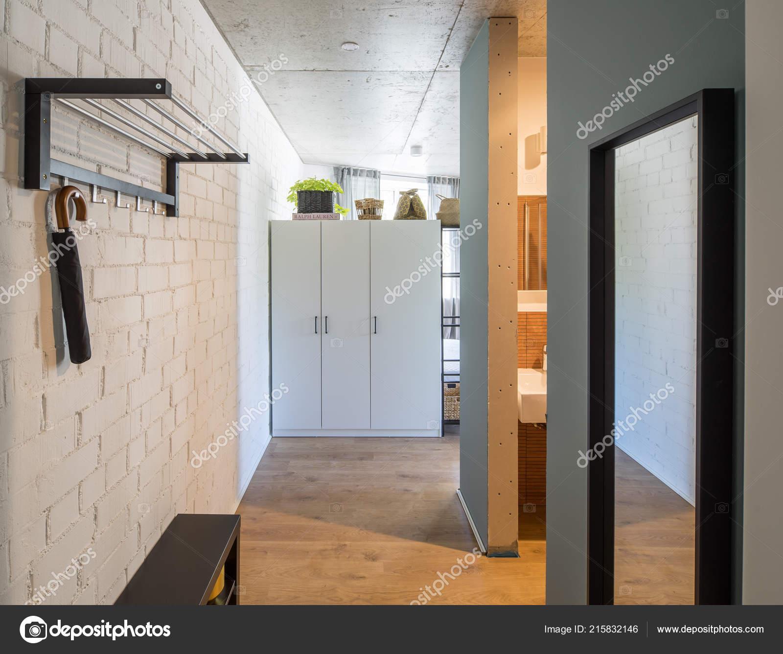 Hall d\'entrée et couloir dans un appartement moderne. Hall d\'entrée ...