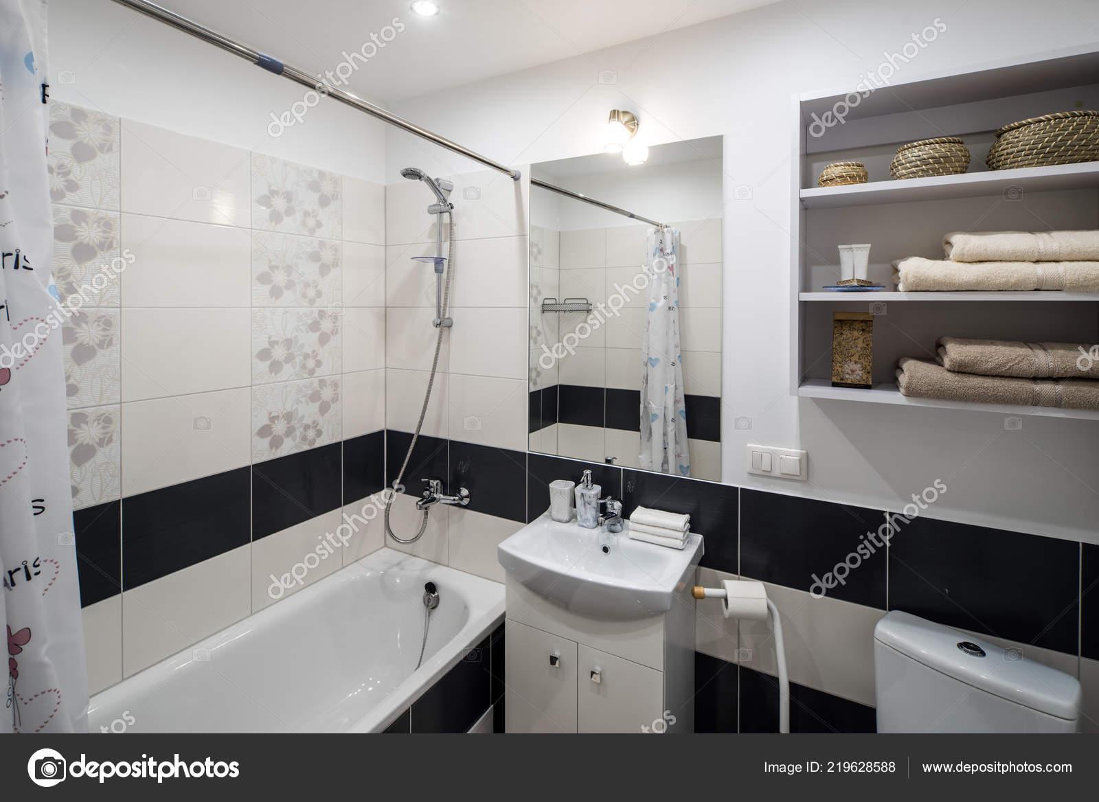 Bagno in moderni appartamenti eleganti u foto stock alekskend