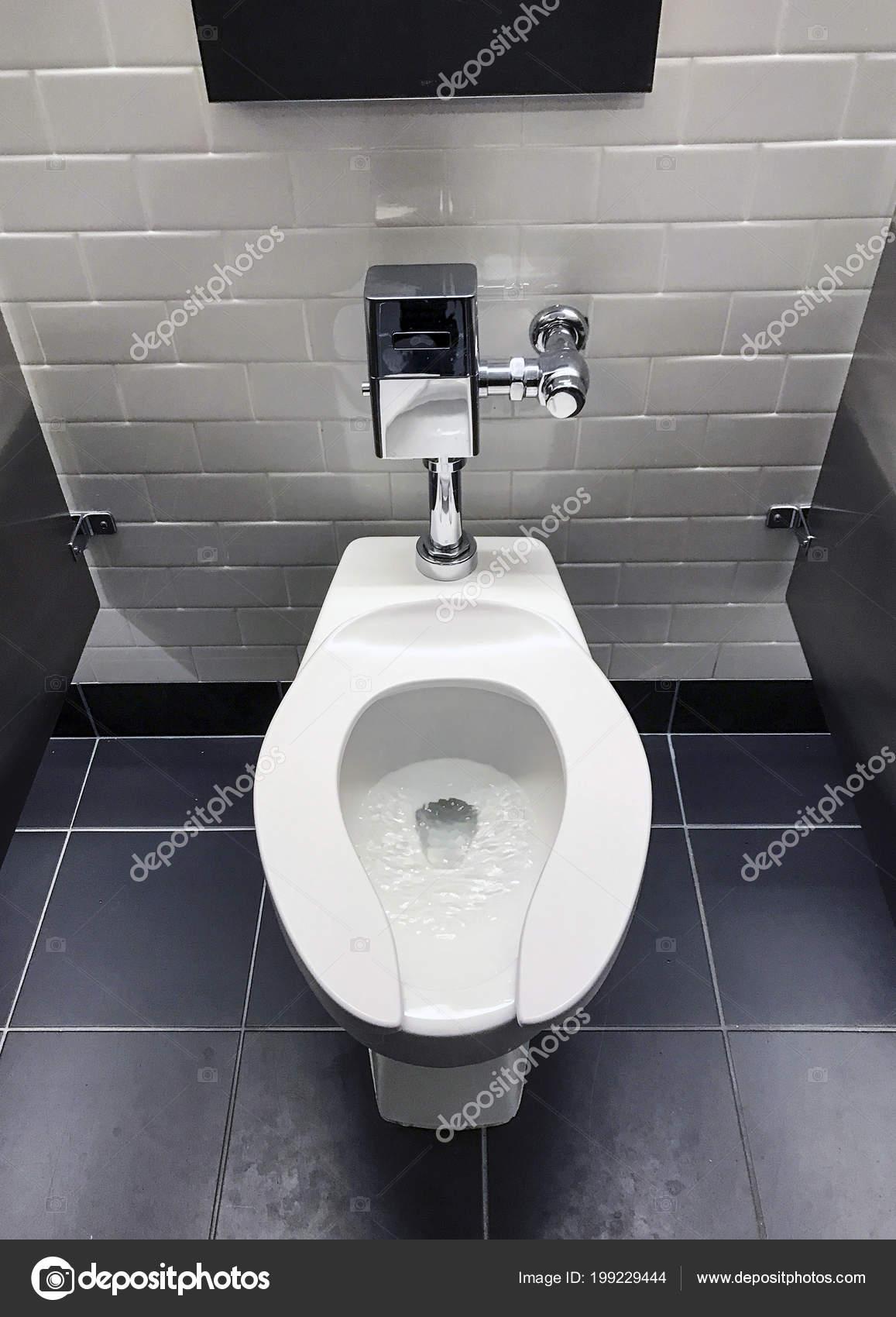 Toilette Einem Büro Badezimmer Fliese Bahn Wand Und Metall Schrank U2014  Stockfoto