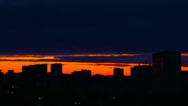 A város alatt meleg naplemente. Naplemente városkép háttér. Város esti timelapse