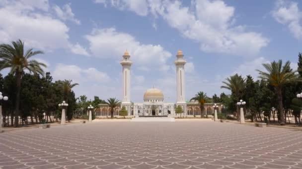 Alej na čtvercovou čelní mauzoleum Habib Bourguiba v městě Monastir, Tunisko