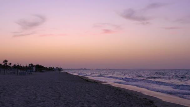 Přírodní krajiny barevné nebe během večera západ slunce a mořské vlny na písečné pláži
