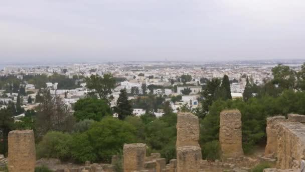 Posouvání krásnou krajinu s city a stromy od starověkých ruin Kartágo, Tunisko