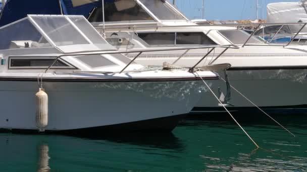 Jachty v přístavu s klidnou vodou, detailní zobrazení
