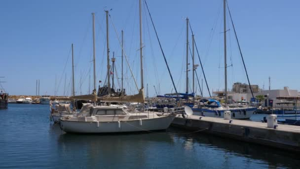 Seascape pohled s jachty a lodě v přístavu marina na slunečný den
