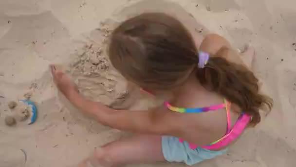 Lány tinédzser, így a nyári nap felülnézet nyári strand homokos torta