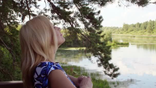 Krásná žena v pozadí rybník krajina v létě lese