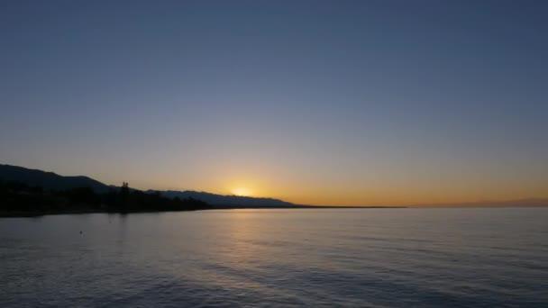 Morgensonnenaufgang in Meer und Hügellandschaft. Zeitraffer Sonnenaufgang am Morgenhimmel