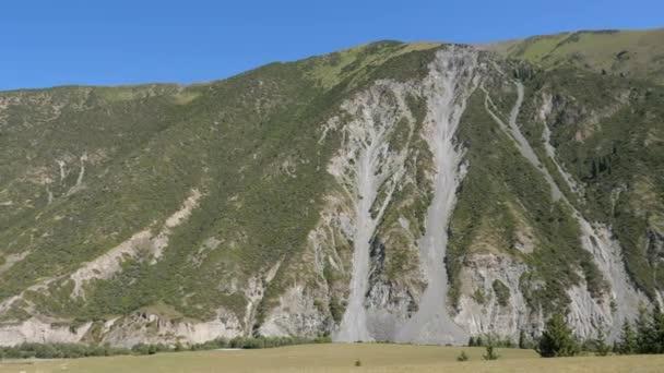 Vysoké hory Tien Shan pokryté zelený Les v Kyrgyzstánu. Krajina hor