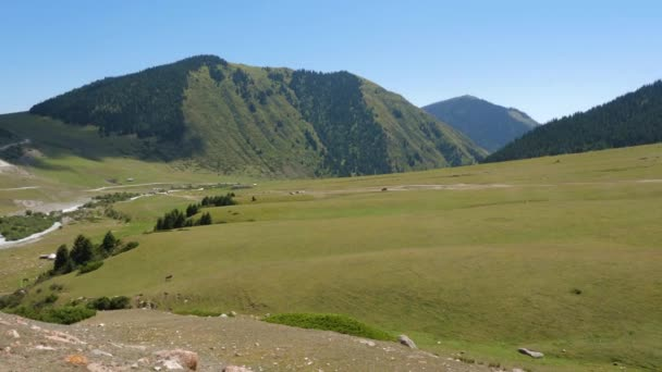 Krásné zelené údolí, silniční a hory, panoramatický pohled