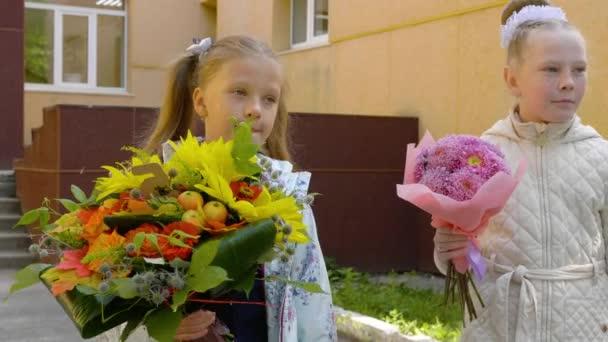 Portréty žák dívky s květy kytice, zpět do školy koncept