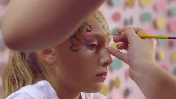 Női kéz festés aquagrum tinédzser lány arca közelről