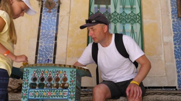 Tatínek píše poznámky pro dceru v programu Poznámkový blok v vintage interiéru Mozaiková dekorace