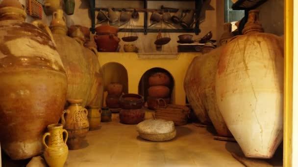 Staré kuchyňské nádobí, hliněné nádobí, hrnce a amfory zblízka