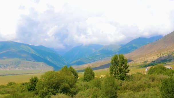 Klidná krajina s zelené údolí, hory a mraky na obloze, timelapse