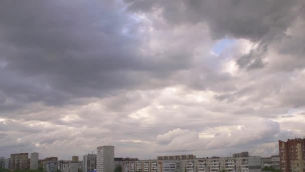 Zatažená obloha s šedé mraky nad mrakodrapy a bytových domů