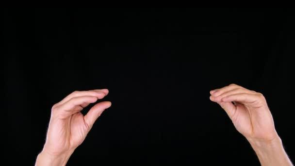 uomo che mostra il Teatro dombre con le mani