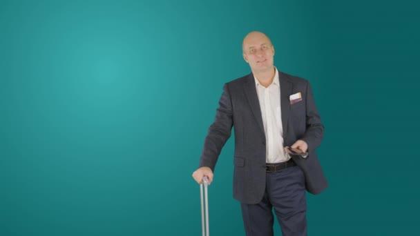 Obchodní muž s kufrem pomocí smartphone během čekání v odletové hale