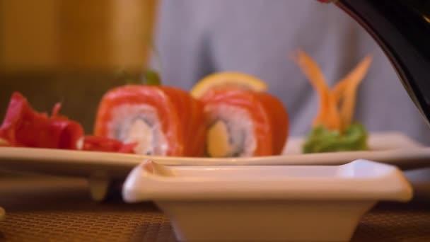 Ömlött a szójaszósz az ázsiai étterem friss japán sushi tekercs közelről