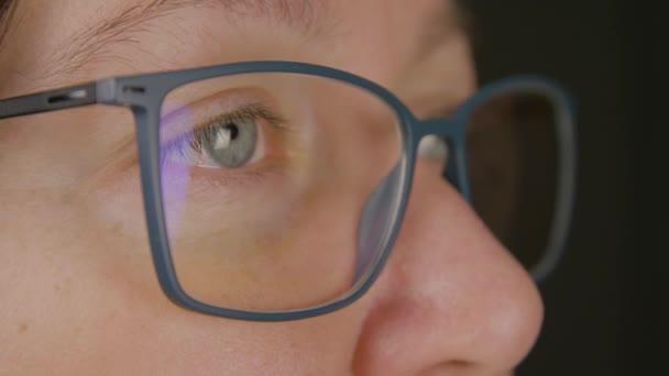 Tvář dospělé ženy v detailním brýle. Krása, vize, koncepce oftalmologie