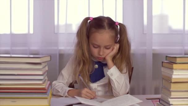 Koncentrált iskola lány stack, így a házi feladatot, és írásban tankönyv asztalnál iskola notebook zár-megjelöl. Iskola oktatási koncepció
