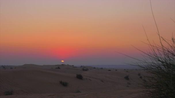 Večerní slunce v pustém nebi. Barevné pouštní západ slunce na pozadí písečné duny