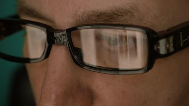 Extrémní zblízka muž obličej oči brýlemi. Reflexe z obrazovky přenosného počítače v módní brýle. Kavkazská běloch. Portrét muže.