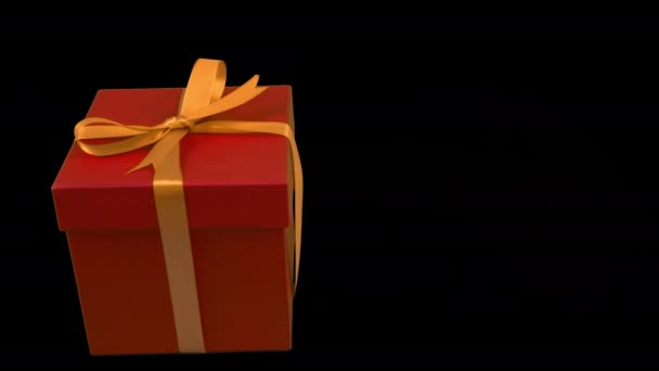 Červená dárková krabička žlutá zlatou stuhou lukem otočit na průhledné pozadí. Alfa kanál chrome tlačítko průhledné pozadí. Máte prázdné místo textu. Pan. Cu