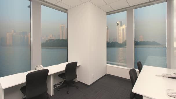 Prázdné volání centrum úřadu s otočné telefony, ostrov a metropole s mrakodrapy za oknem. Chroma klíč Video na pozadí