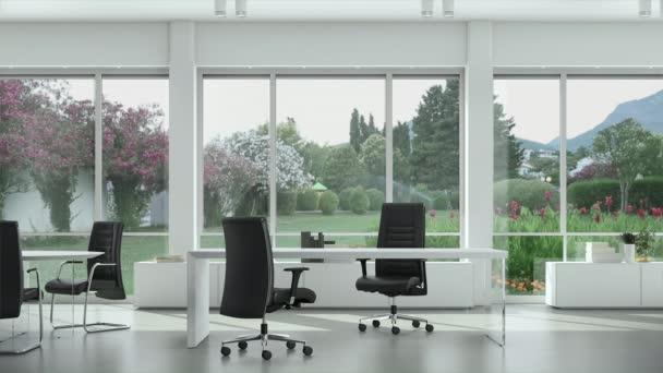 Prázdná moderní kancelář s stoly a židlemi, zahrada vně okna.