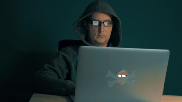Noční surfování internetu. Počítač obrazovka odraz v programátoři brýle. Odraz na brýle člověka při pohledu na webu, procházení Internetu a procházení webu. Sledování kamer