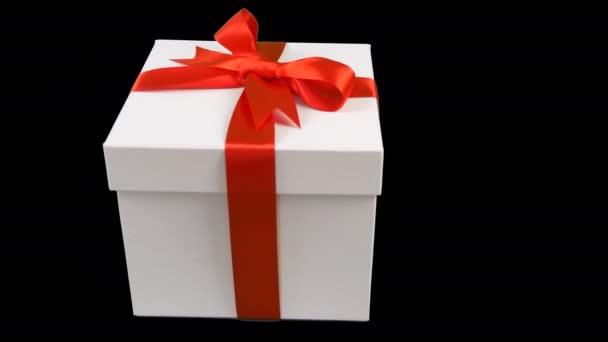Fehér ajándék doboz-val piros szalag íj forog az átlátszó háttér. Króm alfa-csatorna átlátszó háttér kulcs. Szöveg üres hely van. Repülhet díszdobozban. Piros orr.