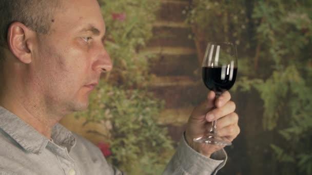 Sommelier páchnoucích chuť červené víno ve skle a ochutnávka zblízka. Profesionální vinař ochutnávka červeného vína. Červené víno degustační