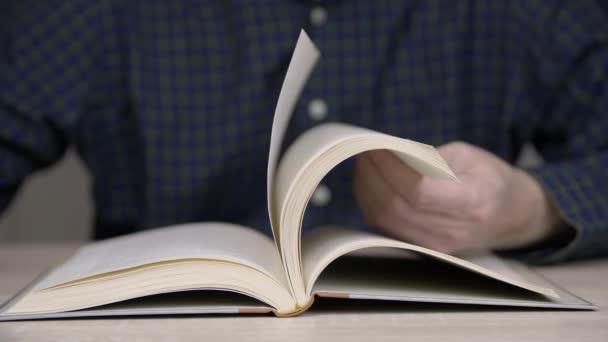 Překlopení stránek v knize pro procházení zblízka. Procházení stránek knihy pro vyhledávání