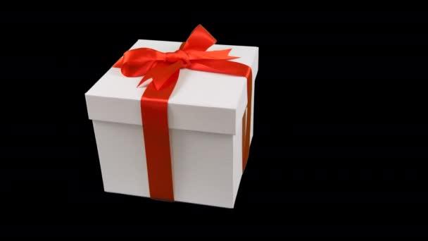 Bílá Dárková krabice s červenou stužkou luk otočit na průhledné pozadí. Alfa kanál chrome tlačítko průhledné pozadí. Máte prázdné místo textu. Letět nad krabičky. Červenou stuhu.