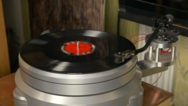 Modern lemezjátszó alumínium chassie, HANGSZEDŐKAR és Balázs rögzíti a forgatás. Kezdj el játszani.