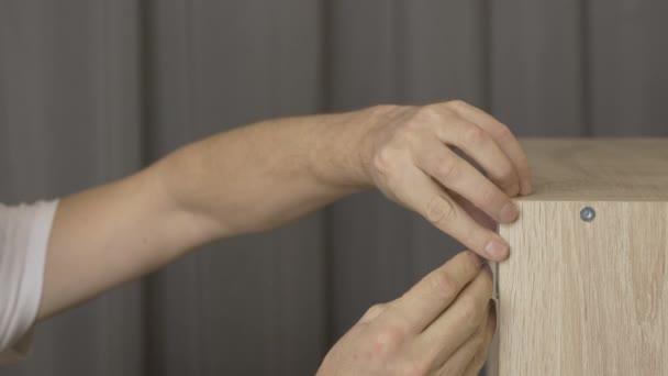 Closeup tesař rukou Odšroubujte pracuje v dílně, práce v dílně, Cu muž ruce šroubovák