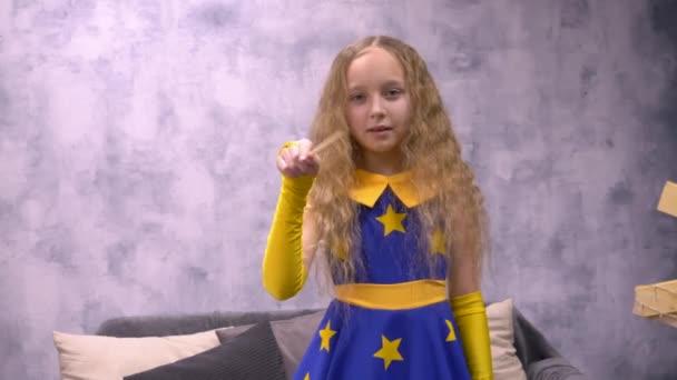 Malá čarodějnice pohybu kouzelného proutku během angažmá v Halloween, copyspase pozadí