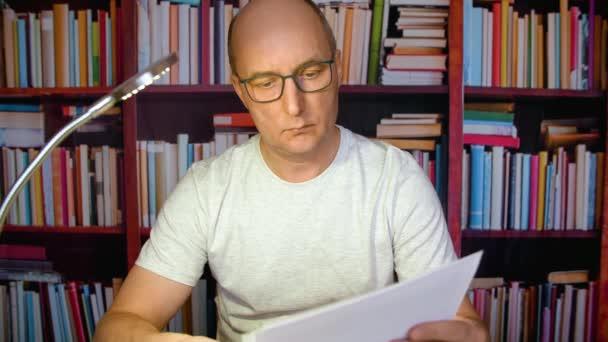 Ember papíralapú dokumentumok olvasása.
