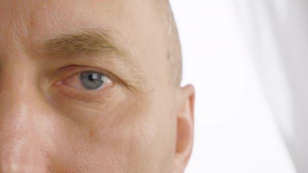 Muž s blikat oči zavřít. Vidění, zrak, oftalmologie