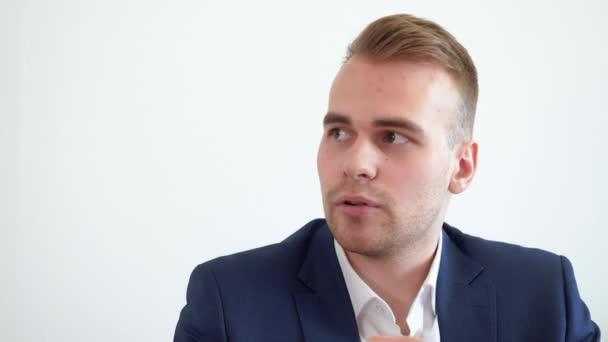 Portrét správce hovoří a diskutuje při obchodní schůzce v kanceláři