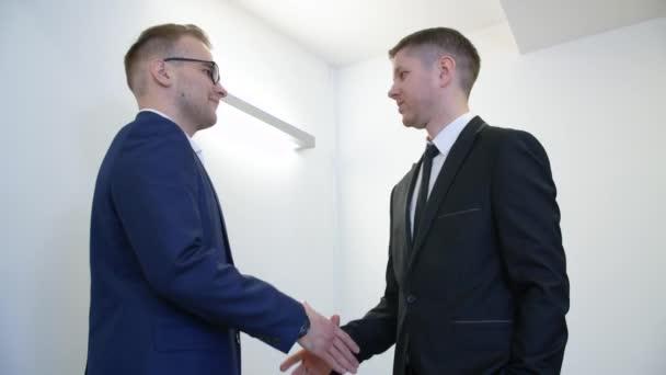 Dva obchodní partneři potřesení rukou po úspěšné řešení v podnikové síti