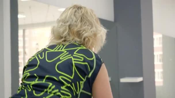 Sport nő képzés statikus kerékpáros rövid idő kerékpározás osztály edzőtermet