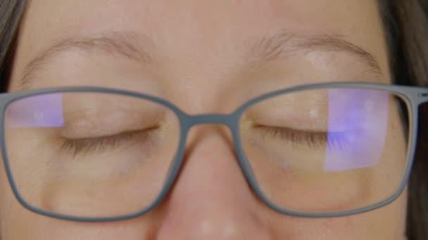 Portrétní žena s brýlemi modrýma očima zblízka a otevřenější, mrknutí, ateliér maker zblízka