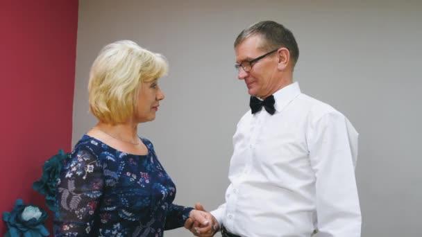 Šťastný starší pár se drží za ruce a mluví. Veselý dospělý muž a žena, kteří mluví a objímali. Vztahy, Rodina, důvěra, oddanost manželské koncepci.