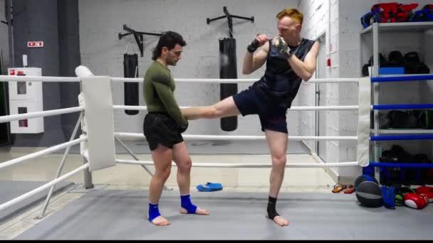 Boxerman dělá zahřívací cvičení v tělocvičně. Osobní trenér trénovat kickboxera v bojový klubu. Výcvik boxování. Sportovní životní styl.
